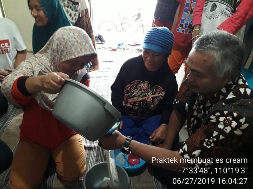 Image : Praktek Membuat ICE CREAM POKTAN NGUDI MAKMUR DAN MAHASISWA POLBANGTAN